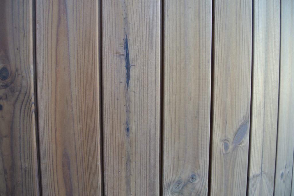 Holzverkleidung aus Thermoholz, Badetonne Thermoholzumrandung