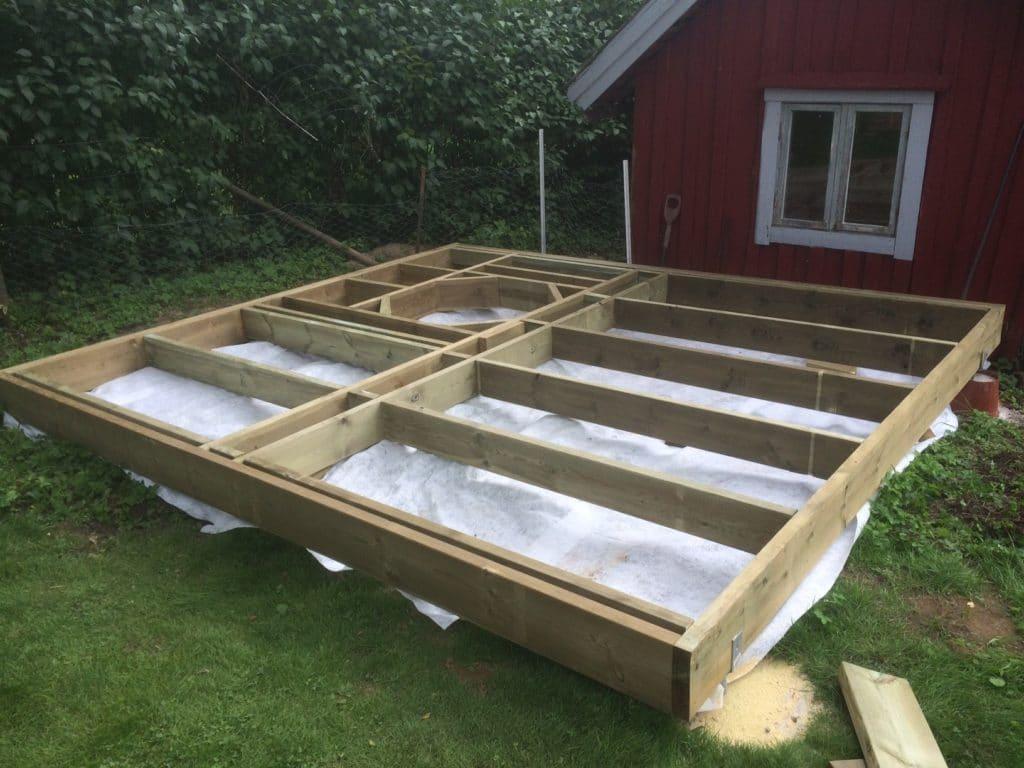 Idee und Aufbau einer Holzterrasse mit Badetonne