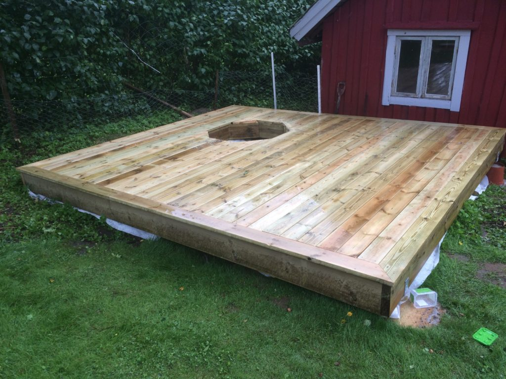 Terrassenaufbau mitHolzdielen ohne Badefass